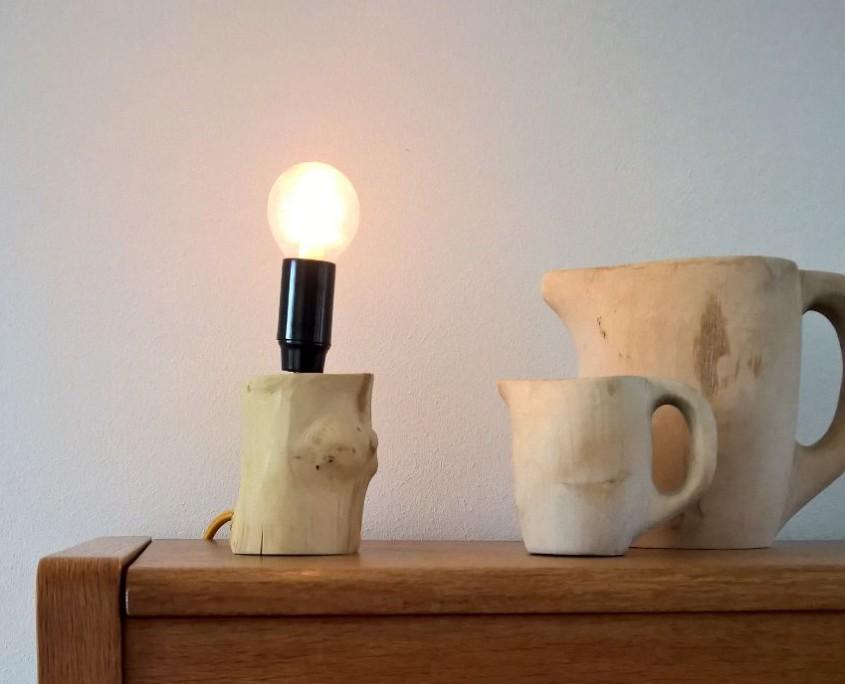 Een bijzonder lamp op een voet van appelhout