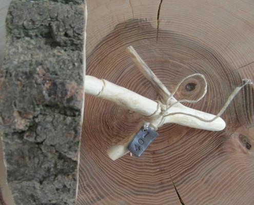 Ook de staander is van natuurlijk hout.