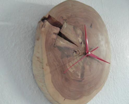 In het hout zit een grote scheur, wat de klok nog unieker maakt