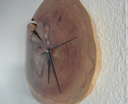 De klok valt mooi tegen de muur aan