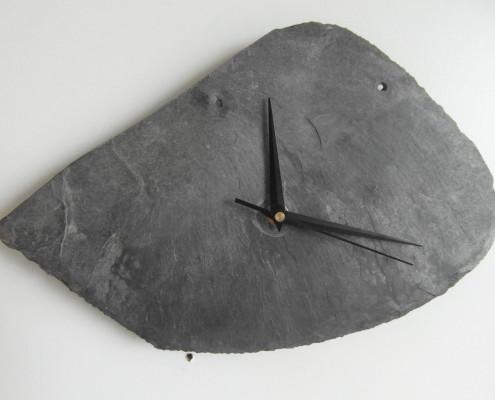Deze klok kan horizontaal opgehangen worden