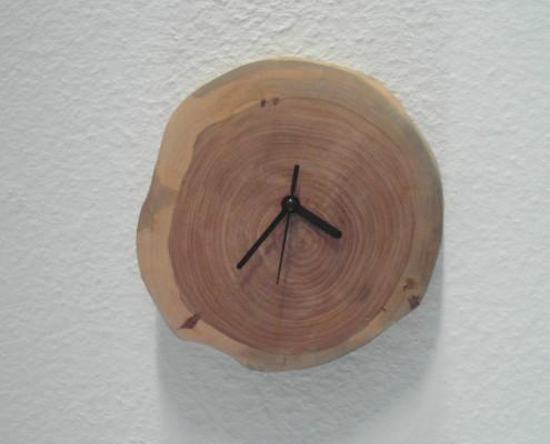 Deze klok heeft stijlvolle zwarte wijzers