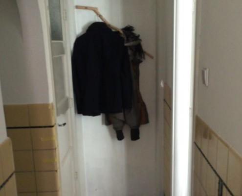 De klant heeft de kapstok op een prominente plek in de gang gehangen.