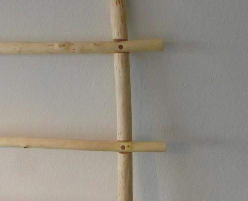 Bij de bevestiging van de dwarsliggers op de staanders heb ik er voor gezorgd dat het hout mooi in elkaar valt.