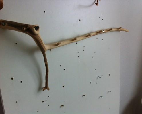 De kapstok heeft 6 houten knopjes die gemaakt zijn uit 1 tak van appelhout