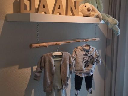 De schaduw van de kapstok en de kleertjes valt mooi op de muur