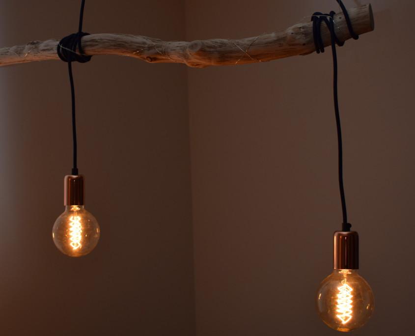 Het hout, het snoer, de lampen en de fittinghulzen zijn hier allen goed te zien