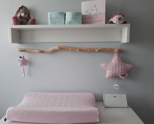 De kapstok zorgt voor een warme sfeer in de babykamer