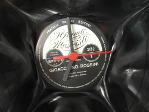 Het klokmechanisme is gemonteerd in een 33 toeren lp.