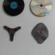 4 bijzondere klokken , gemaakt van verschillende materialen en voorwerpen