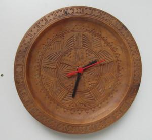 Een klok gemaakt van een houten bord