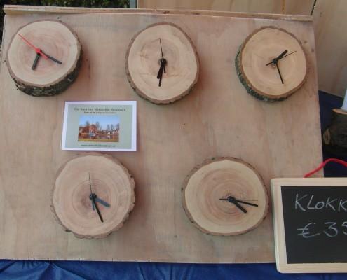 Ook al komt elke klok uit hetzelfde stuk hout, de vorm verschilt toch van elke klok