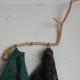 De vormen van het hout blijven altijd zichtbaar wanneer de kapstok vol hangt met jassen