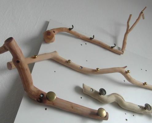 Kapstokken van natuurlijk hout met antieke knoppen