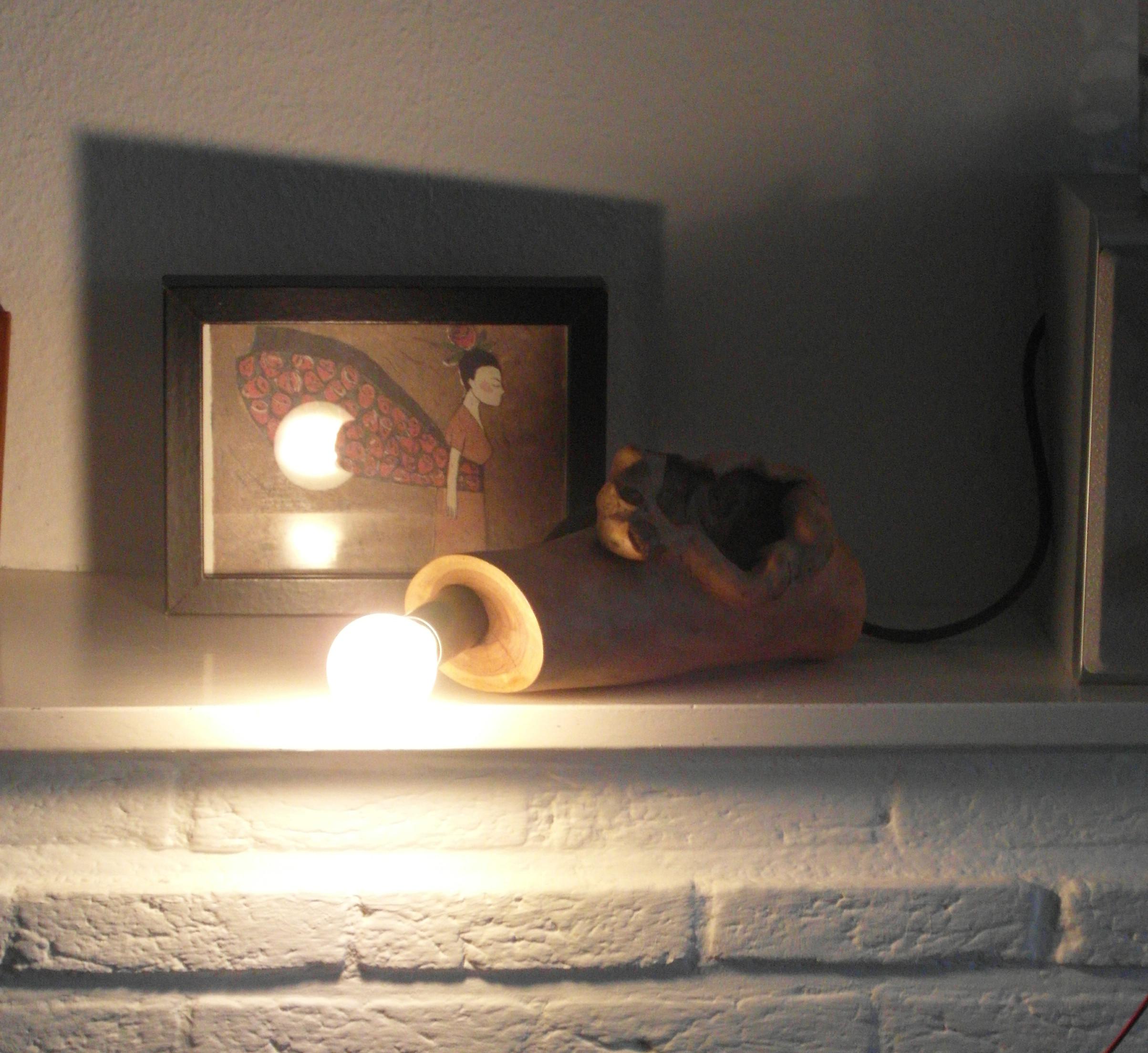 De lamp kan, naast dat je hem staand kunt neerzetten, ook in een liggende positie worden gelegd.