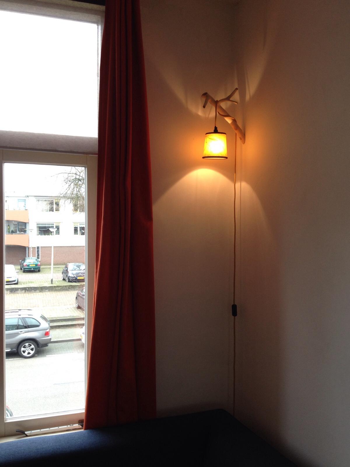 2/5 De lamp heeft een mooie plek gekregen aan de muur bij de klant