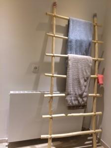 De kapstok heeft een mooie plek gekregen in de badkamer bij de klant