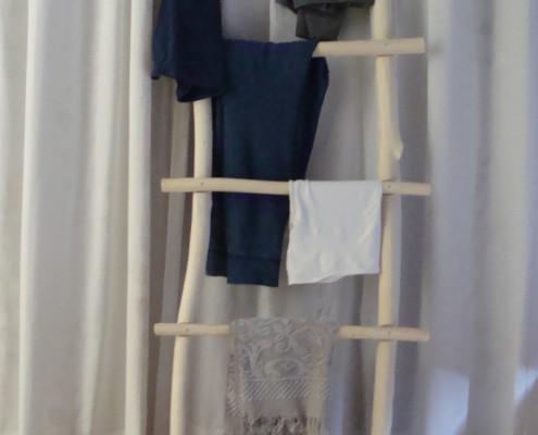 Deze sierladder heeft een mooie plek gekregen op de slaapkamer