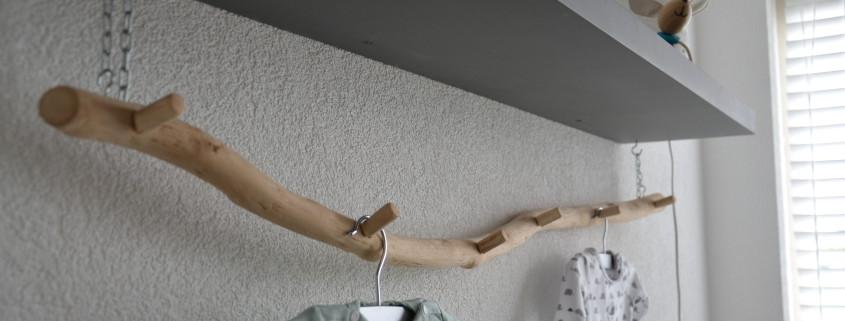 De zes houten knoppen zijn ook gemaakt van een tak