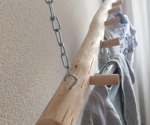 De metalen kettinkjes kunnen gemakkelijk in hoogte worden versteld waardoor je de kapstok precies goed kan hangen.