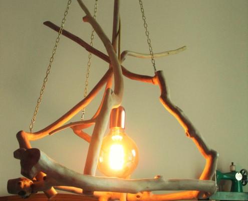 Bij deze lamp is gebruik gemaakt van een oker geel strijkijzersnoer.