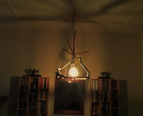 De schaduw van de takken kan je mooi terugzien op de muren en het plafond