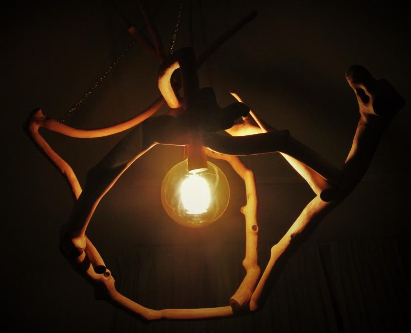 De lamp werkt een mooi licht op het appelhout