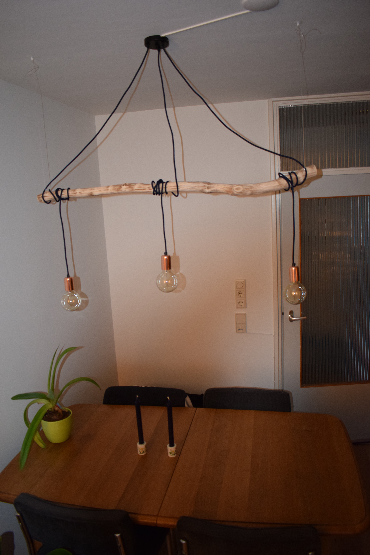 De lamp (verlichting) is een echte eyecatcher boven de eettafel.