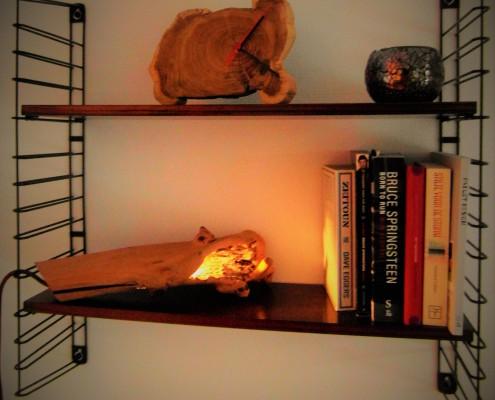 De twee houten accessoires vullen elkaar mooi aan op dit retro boekenrekje van Tomado