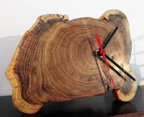 De wijzers zijn precies in het midden het de houten schijf bevestigd