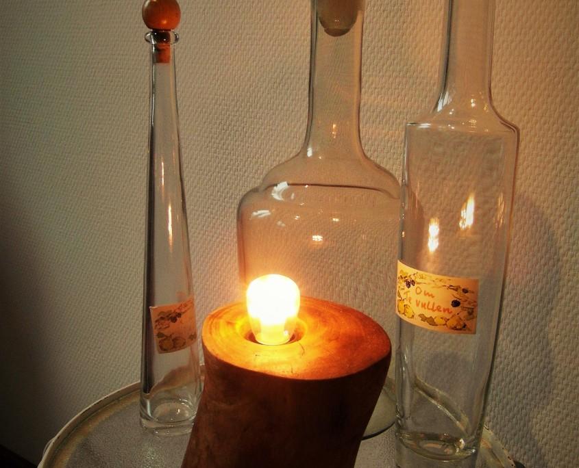 De lamp ik gemaakt van een stuk appelhout.
