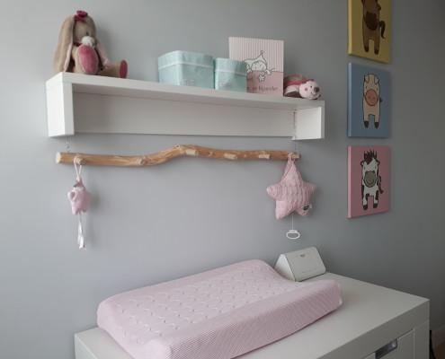 De kleuren van het hout staan in mooi contrast met de kleuren van de kamer